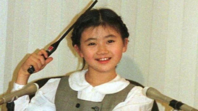 当時、10歳。プロ転向の記者会見に臨んだ卓球の福原愛選手=1999年3月