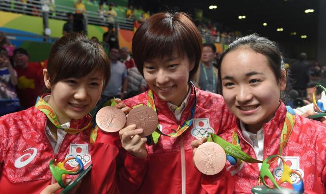 卓球女子団体で銅メダルの(左から)福原愛、石川佳純、伊藤美誠=竹花徹朗撮影