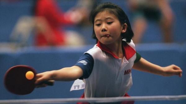 【1998年12月22日】ジュニア女子決勝で、スマッシュを決める福原愛選手