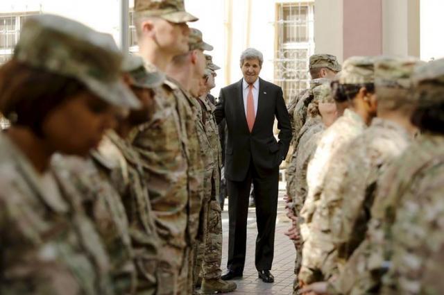 アフガニスタンを訪問したアメリカのケリー国務長官=2016年4月9日、ロイター