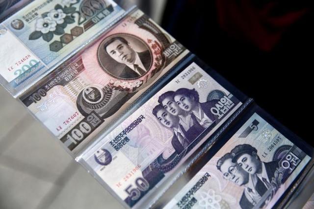 中国遼寧省丹東の土産物店で展示されていた北朝鮮の紙幣=2016年9月