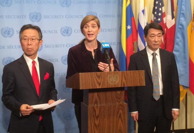 国連安全保障理事会は今年3月、4度目の核実験と事実上の長距離弾道ミサイル発射を強行した北朝鮮に対し、制裁を強化する決議を全会一致で採択した。安保理の会合後、会見する米国のサマンサ・パワー国連大使(中央)、当時の吉川元偉国連大使(左)、韓国の呉俊国連大使=米ニューヨークの国連本部、金成隆一撮影