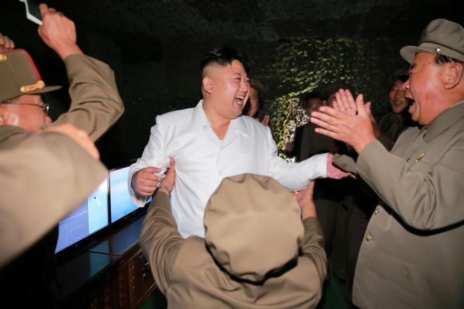 潜水艦発射弾道ミサイル(SLBM)の発射実験を視察する金正恩朝鮮労働党委員長。朝鮮中央通信が報じた