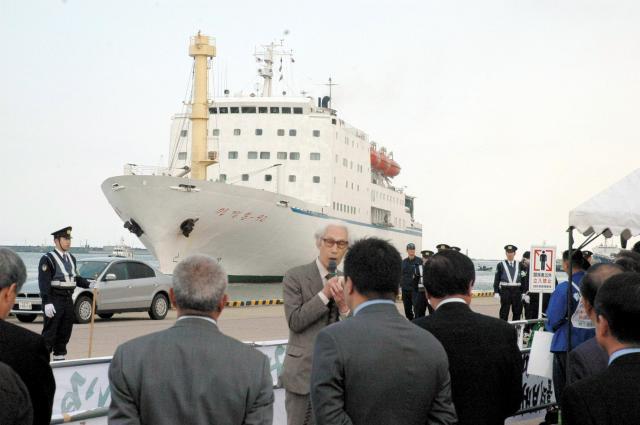 2005年5月23日、新潟市の新潟西港に入港した万景峰号