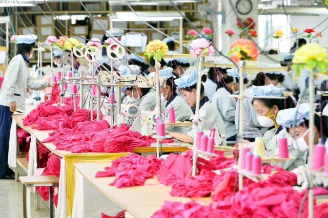 開城工業団地に入居している韓国企業の工場で働く北朝鮮の労働者たち。南北協力事業の象徴だったが、韓国側が独自制裁として操業を全面中断に