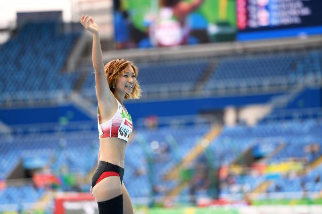 リオパラリンピックの女子走り幅跳び(切断など)に出場、観客席に向かって手を振る中西麻耶=2016年9月9日、井手さゆり撮影