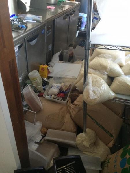 地震で被害を受けた店内