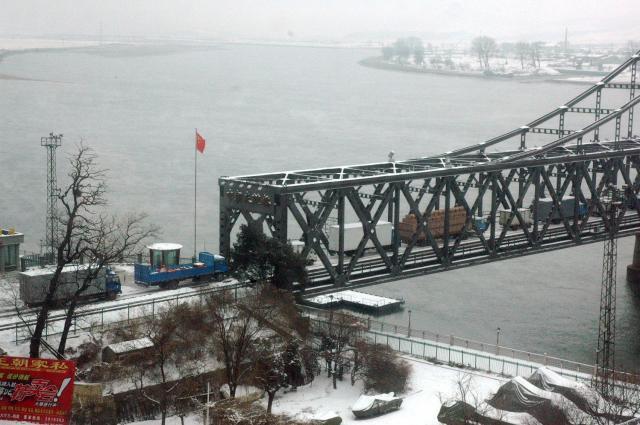 中朝国境にかかる橋で北朝鮮側に向けて続々と物資を運ぶトラックの列=2010年11月、中国遼寧省丹東、西村大輔撮影