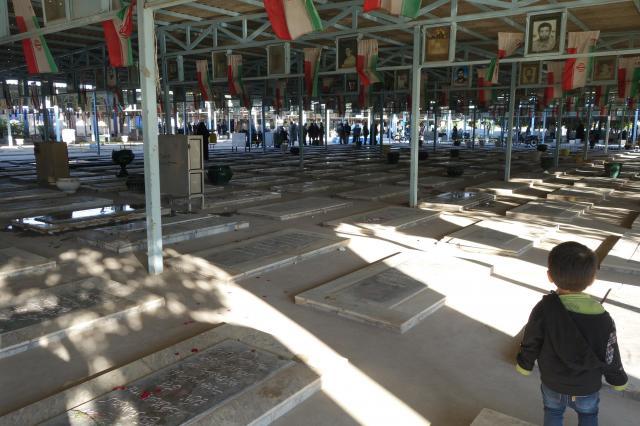 イラン都市部の一般的な墓地の様子。地面は墓石とコンクリートで覆われています。南部アフワーズで