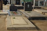 イラン都市部の一般的な墓石。名前や遺影、イスラム教の聖典コーランの文句などが記されています。南部アフワーズで