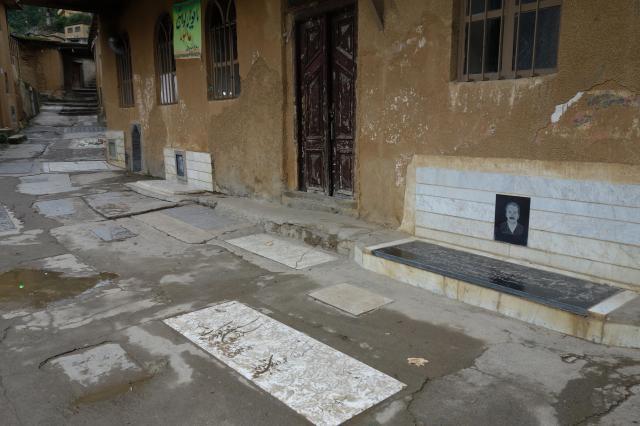 イランの地方では生活道路に墓が設けられることも。長方形の敷石がそれです。北部マースーレで