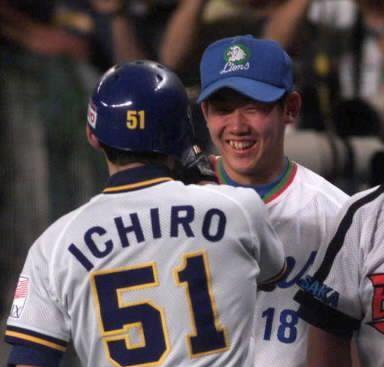 1999年7月24日のオールスター1回戦 先制の本塁打を放ったオリックス・イチローを笑顔で迎える西武・松坂