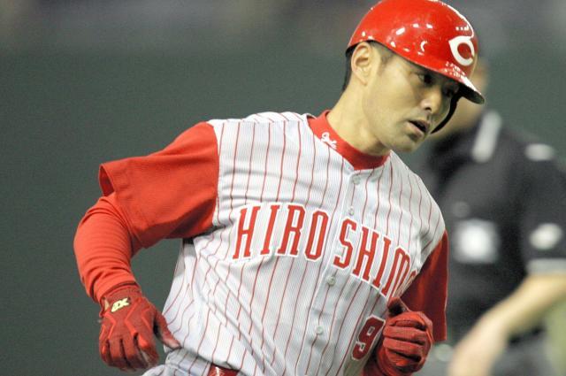 現役時代の緒方監督、本塁打を放ち三塁をまわる=2006年4月12日
