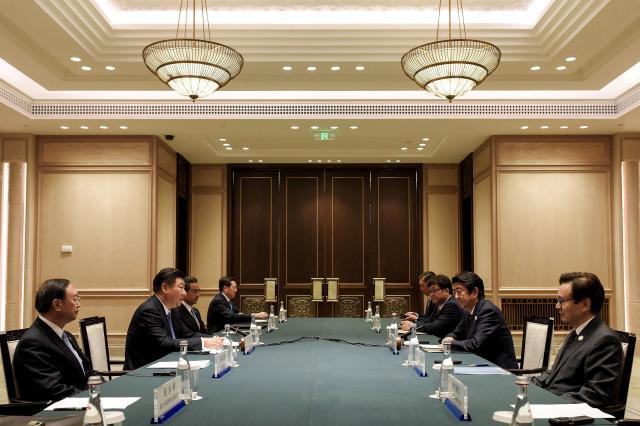 G20で習近平中国国家主席と会談する日本国内閣総理大臣安倍晋三=2016年9月5日