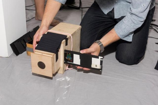 桐箱製で軽量な幻灯機は横からセル画を指すしくみ