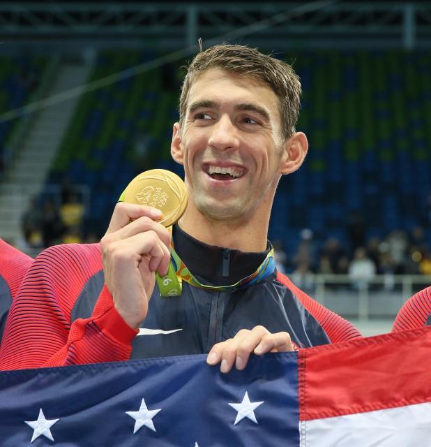 競泳男子400mメドレーリレーで優勝し、金メダルを手にしたフェルプス選手
