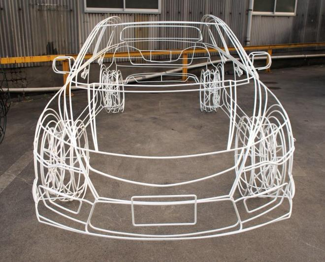 駐車場に置かれたワイヤーフレームカー