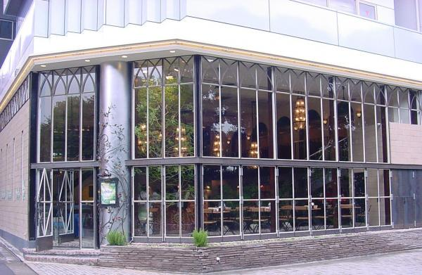 「君の名は。」で主人公のアルバイト先のモデルになった「カフェ ラ・ボエム 新宿御苑」=グローバルダイニング提供