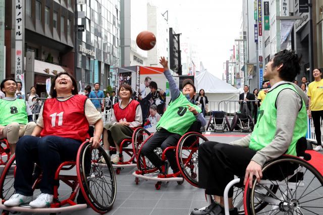 東京パラリンピックに向けて、障害者スポーツの魅力を伝えるイベント。会場には車いすバスケの体験ブースも=2016年5月2日午後、東京都中央区、越田省吾撮影
