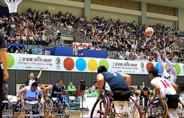 車いすバスケットボールのリオデジャネイロ・パラリンピック予選。日本代表チームに多くの観客が声援を送った=2015年10月11日、千葉市、井手さゆり撮影