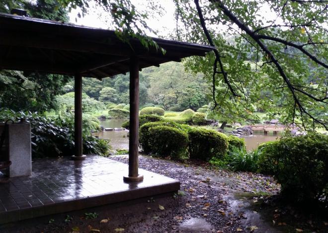 雨にぬれる新宿御苑の休憩所。「言の葉の庭」で雪野と秋月が出会う場所のモデルとなった
