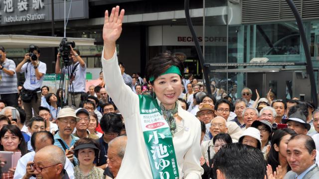 都知事選で支持者らの声援に応える小池百合子氏=2016年7月14日