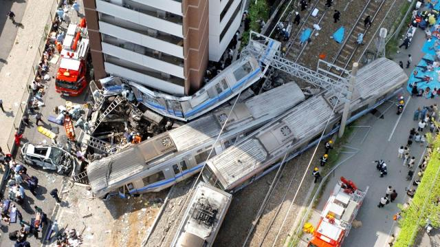 JR宝塚線の快速電車脱線事故=2005年4月25日
