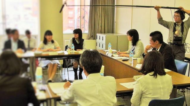 2016年5月22日にあった「かながわ子どもの貧困対策会議」の初会合。大学生や高校生も出席し、積極的に発言した
