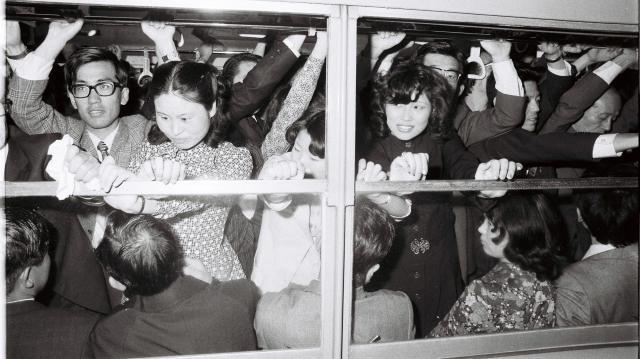 通勤客らで超満員の中央線快速電車=1972年4月27日
