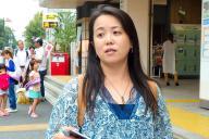 署名活動をする須田博美さん=8月下旬、東京・上野