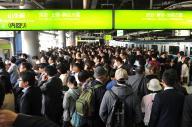 人があふれ、入場規制がかかったJR品川駅の山手線ホーム=2016年5月