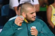 柔道(視覚障害)男子100キロ超級の表彰式で、メダルの音を聞くブラジル選手