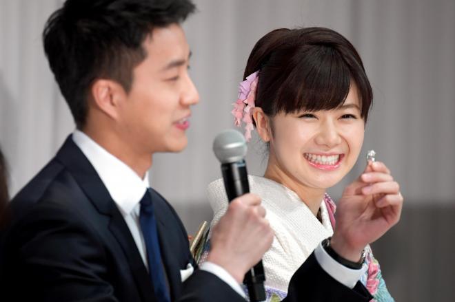 福原愛さんにプレゼントした指輪を手にする夫の江宏傑選手