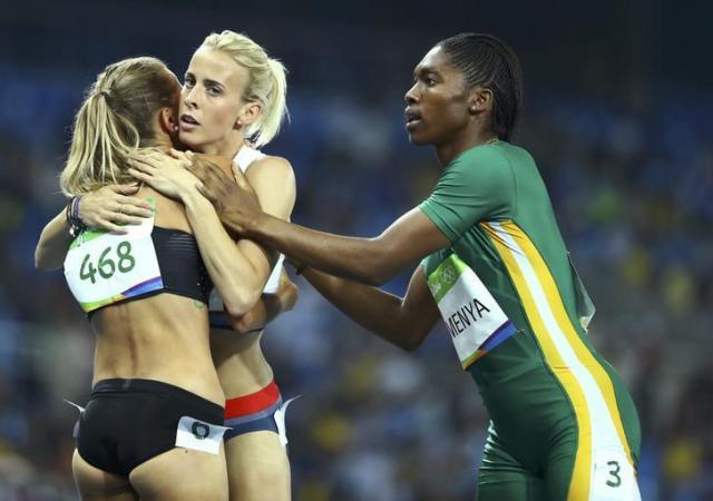 リオ五輪でカナダ選手と抱き合うシャープ選手に駆け寄る南アフリカのセメンヤ選手=ロイター