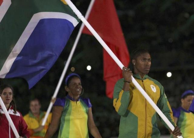 リオ五輪で南アフリカの旗手をつとめたセメンヤ選手=ロイター