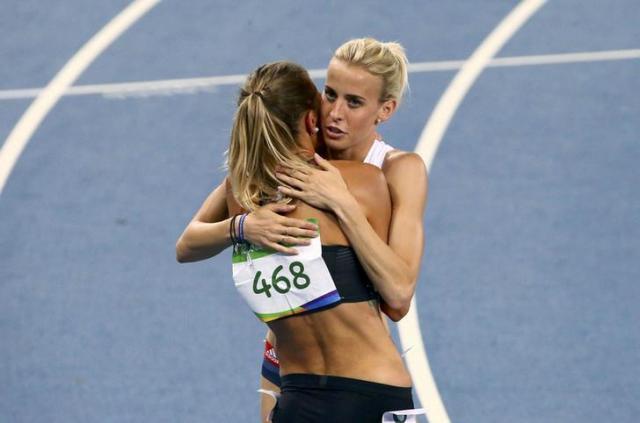 リオ五輪でカナダ選手と抱き合うリンジー・シャープ選手=ロイター