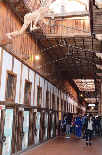 網走監獄の「五翼放射状平屋舎房」の天井には「世紀の脱獄犯」を再現した人形が展示されている=網走市
