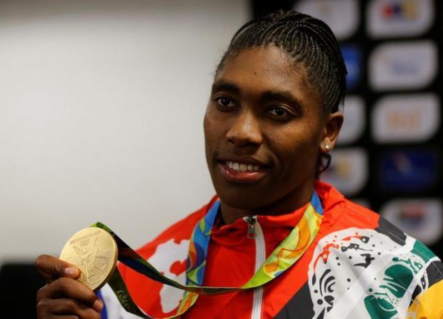 リオ五輪で金メダルを見せるセメンヤ選手=ロイター