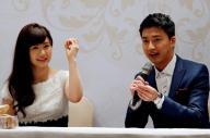 台北で結婚会見を開いた福原愛選手と江宏傑選手=ロイター
