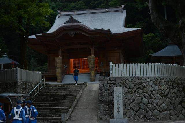 祭りの舞台となる両山寺の本堂=岡山県美咲町