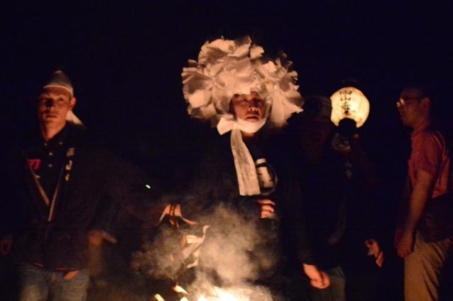 闇夜を走る神(中央)。普段はIT企業の社長をつとめる白川さん=岡山県美咲町