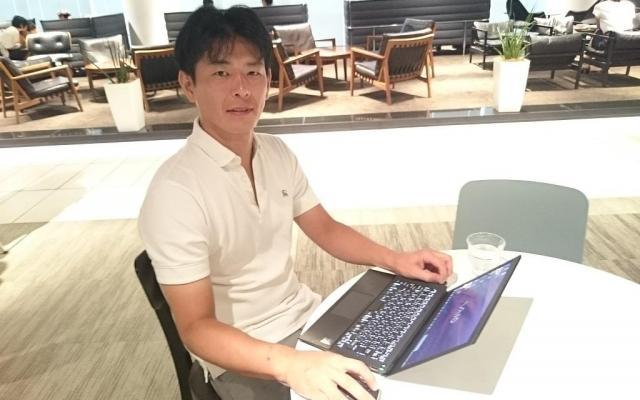 昨年から神を務める白川晃太郎さん。普段は会員制サロンで仕事をしている=2016年8月撮影、大阪市内