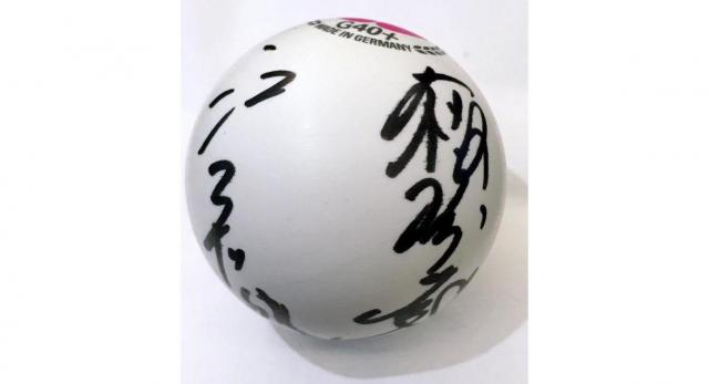 台北の会見で配られた2人のサインが入ったボール