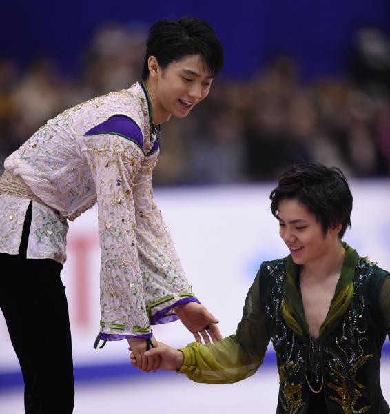 昨年末の全日本選手権の表彰式で2位の宇野昌磨をねぎらう羽生結弦=2015年12月26日、白井伸洋撮影