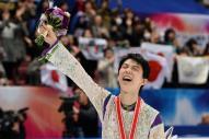 昨季、300点の壁を越えた羽生結弦。NHK杯の表彰式を終え、場内を一周した=2015年11月28日、白井伸洋撮影