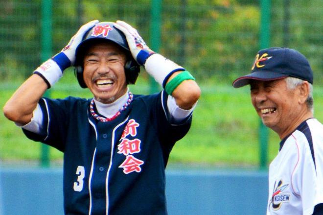 三回表、右中間二塁打を放って笑顔を見せる刈和野新和会の柳葉敏郎さん