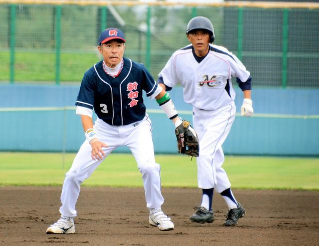 刈和野新和会のショートとして軽快な守備を見せる柳葉敏郎さん(左)