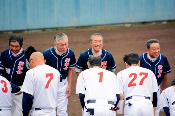 試合前のあいさつで笑顔を見せる柳葉敏郎さん(奥の右から2番目)