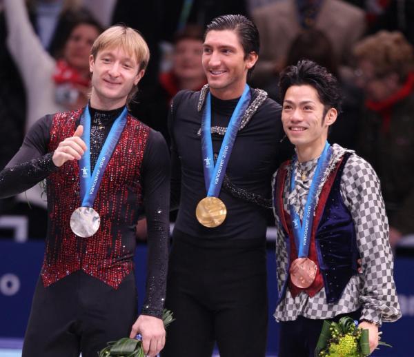 バンクーバー五輪男子で銀メダルに終わったプルシェンコ(左)。中央は金メダルのライサチェク、右は銅メダルの高橋大輔=2010年2月、上田幸一撮影