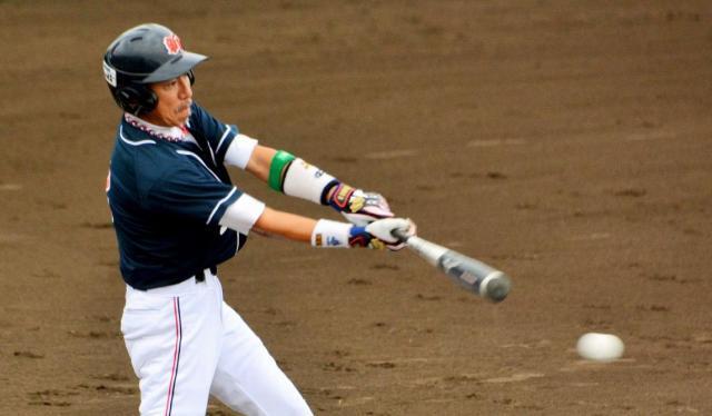一回表、刈和野新和会の1番柳葉敏郎さんは初球を打って遊撃ゴロに倒れる